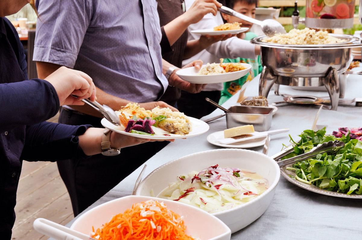 沖縄県産の食材をふんだんに使った料理をバイキング形式で堪能