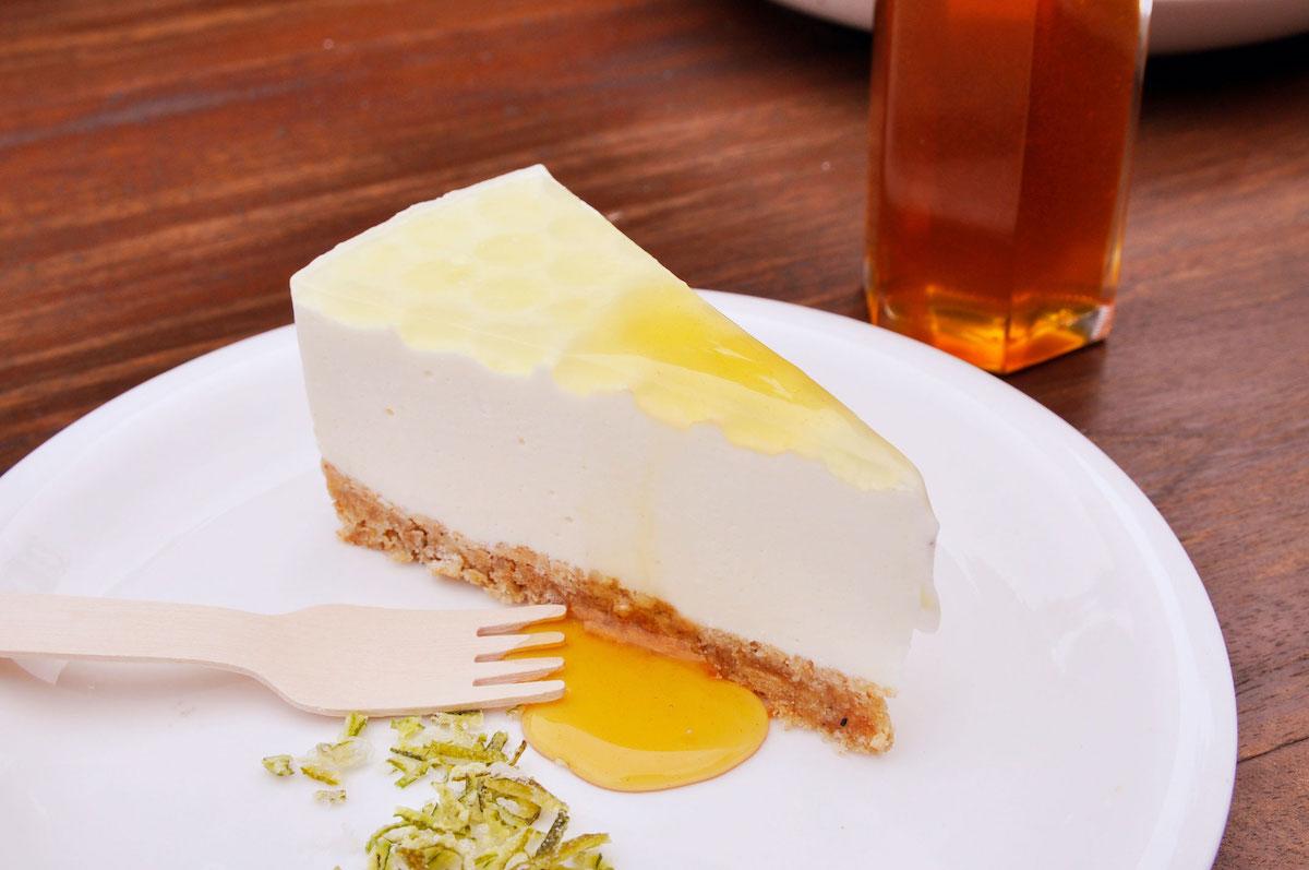 屋我地島はちみつを使ったカーブチーレアチーズケーキ